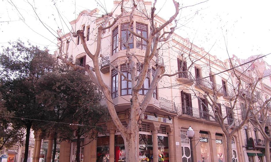 Fachada de Casa Padro Riera en Manresa